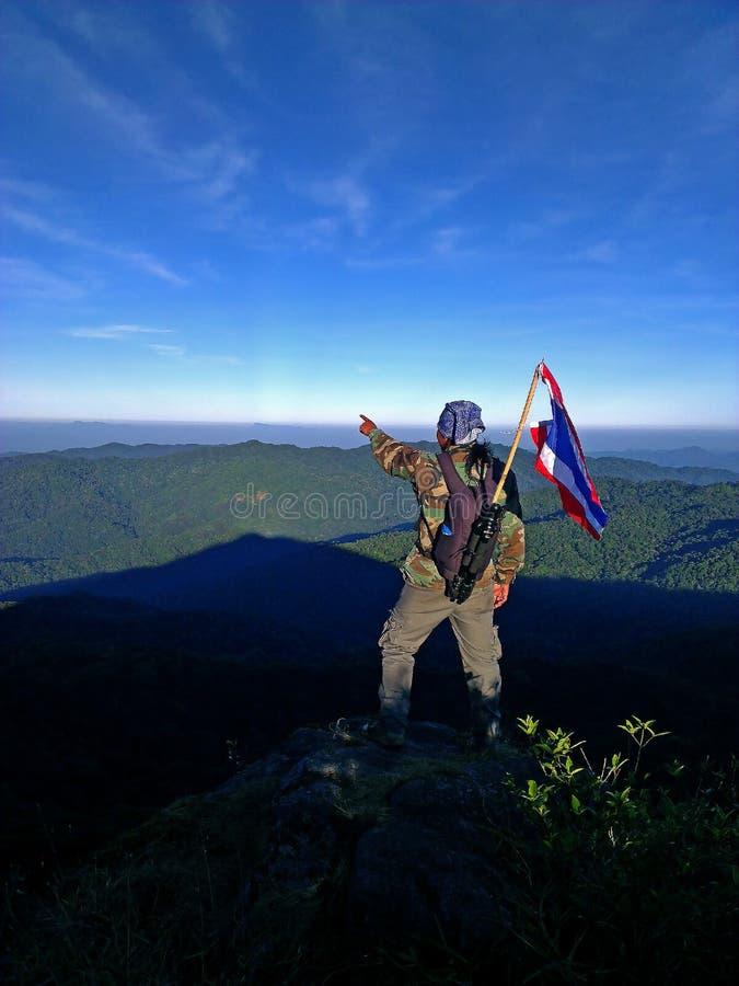 Люди и Таиланд сигнализируют на высоких горах стоковое изображение