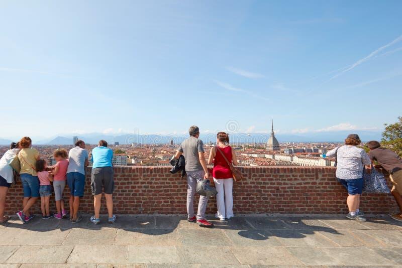 Люди и туристы смотря горизонт Турина от балюстрады холма Cappuccini в солнечном дне стоковое изображение