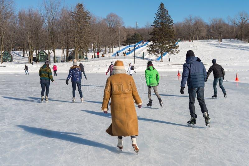 Люди катаясь на коньках на озере бобр в Монреале стоковое фото