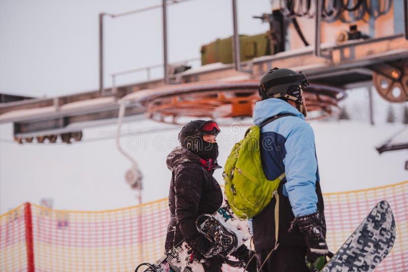 Люди катаясь на лыжах в горах Активный зимний отдых Спорт, друзья и изумительная природа стоковое изображение rf