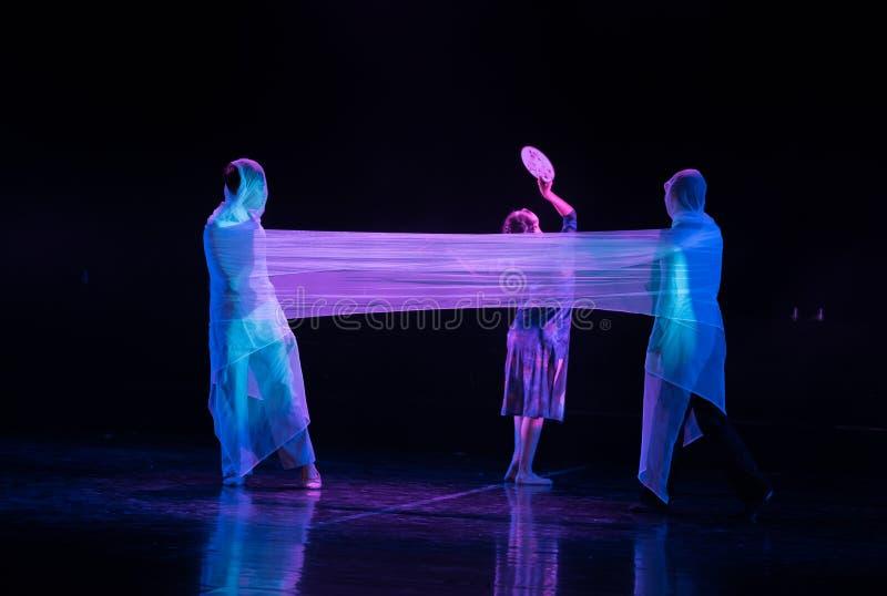 Люди которые легко драма «осел обманывать-танца получить воду» стоковые фото