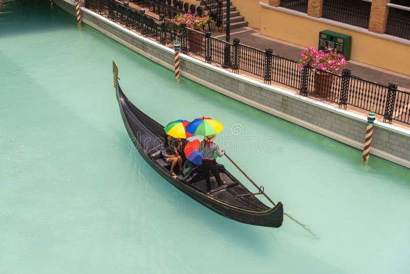 Люди которые наслаждаются гондолами в торговом центре большого канала Венеции, метро Манилой, Филиппинами, 4-ое мая 2019 стоковое изображение