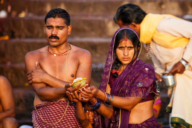 Люди купая и делая духовные церемонии в Ганге стоковое изображение rf