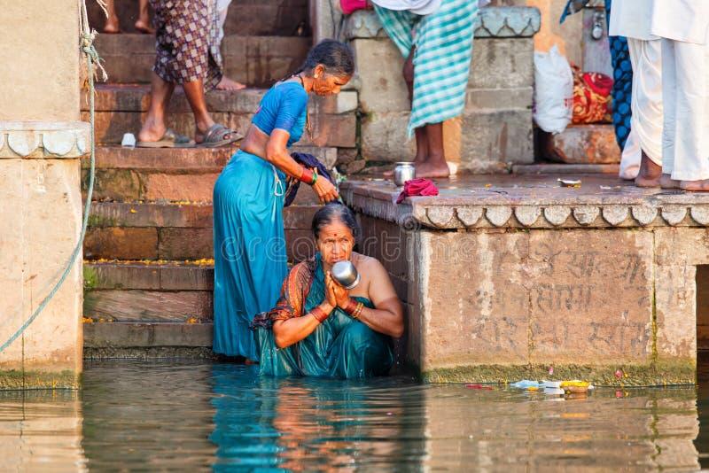 Люди купая и делая духовные церемонии в Ганге стоковое изображение
