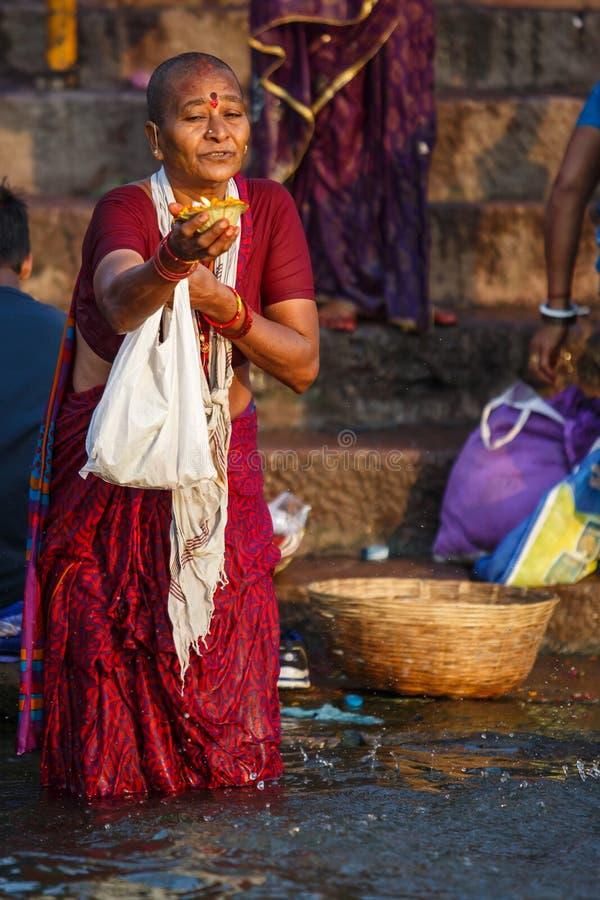 Люди купая и делая духовные церемонии в Ганге стоковое фото rf