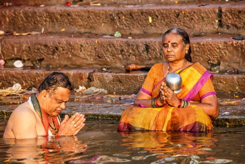 Люди купая и делая духовные церемонии в Ганге стоковые изображения rf