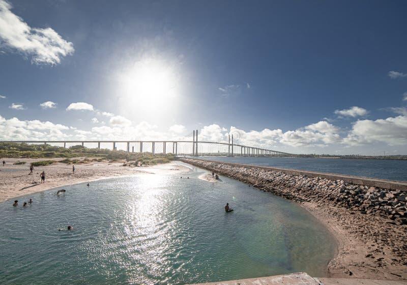 Люди купая на пляже с каменной дорожкой стоковые фото