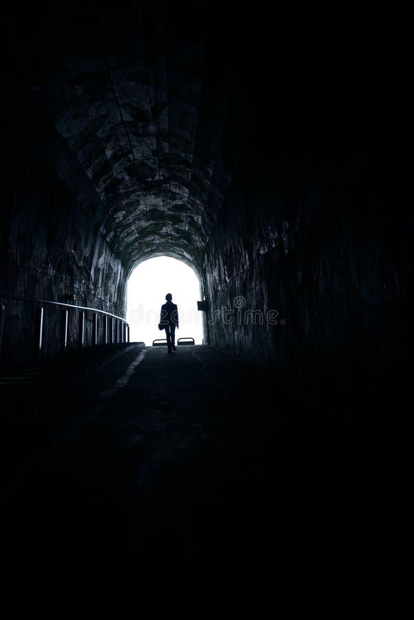 Люди к свету в тоннеле стоковая фотография rf