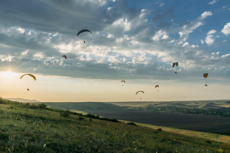 люди летая на paraplanes, Украина, Крым, стоковое фото rf