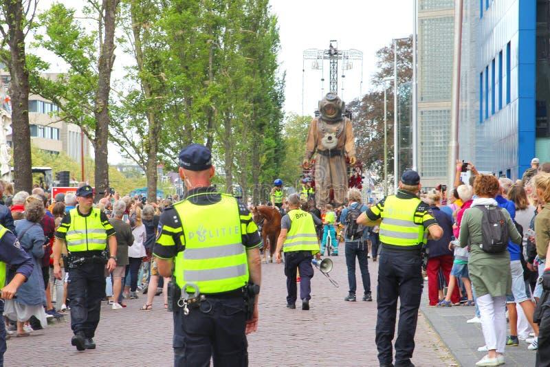 Люди марионеток марионетки гигантов людей полиции показывают, Leeuwarden, Нидерланды стоковая фотография