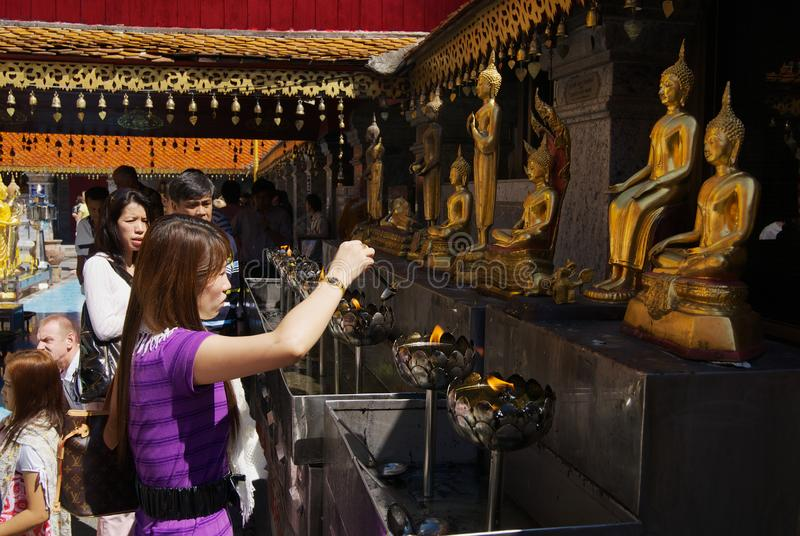 Люди молят на Wat Phra что Doi Suthep, буддийский висок в Чиангмае, Таиланде стоковая фотография rf