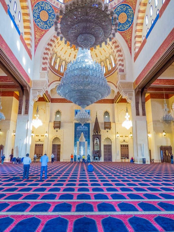 Люди моля внутри мечети Mohammad Al-Amin в Бейруте, Ливане стоковое фото