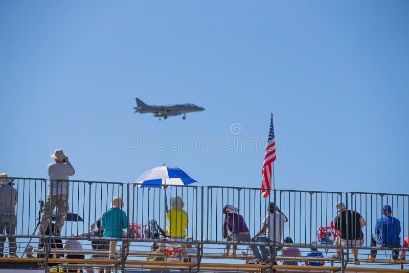 Люди морской пехот США с реактивным истребителем стоковое изображение rf
