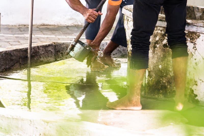 Люди моя их ноги делая омовение на fount в мечети в мужчине, Мальдивах стоковые изображения rf