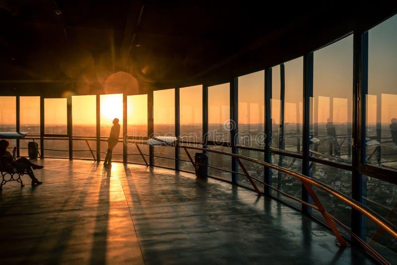 Люди наблюдая заход солнца над городом Curitiba на башне Curitibas панорамной - Curitiba, Parana, Бразилии стоковое фото rf