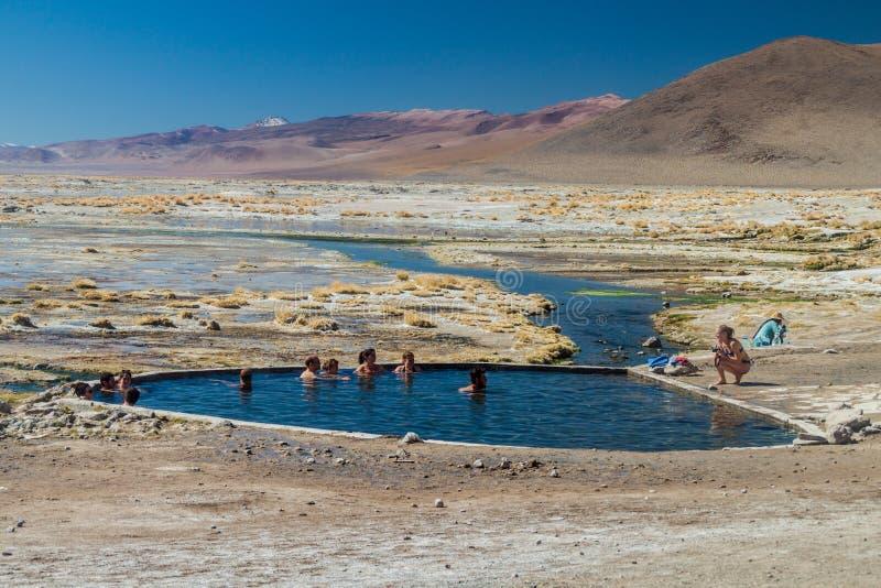 Люди наслаждаются ванной в termal весне стоковые фотографии rf