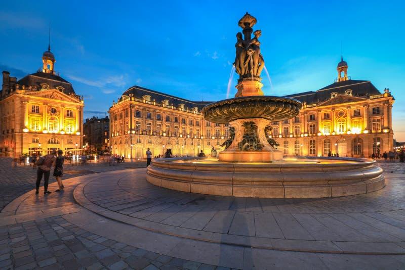 Люди наслаждаются навестить Место de Ла Фондовая биржа на сумерках стоковая фотография