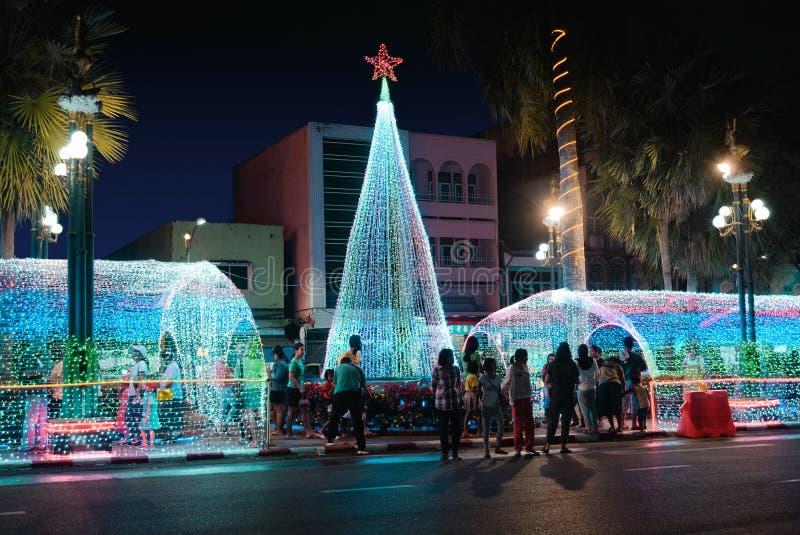 Люди наслаждаются посещенный на дне здания и Нового Года рождества стоковое фото