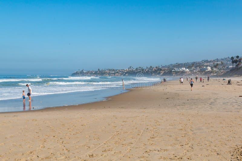 Люди наслаждаются солнечным днем на Тихом океан пляже в Сан-Диего стоковое фото rf