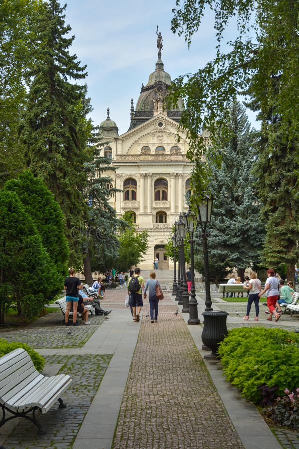 Люди, наслаждающиеся своим временем в небольшом парке перед Кошицким государственным театром на главной улице в Косице, Словакия стоковые изображения rf