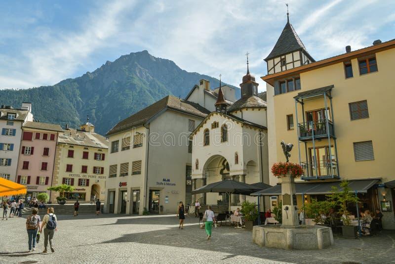 Люди, наслаждающиеся солнечным днем в Бриге, Швейцария стоковая фотография