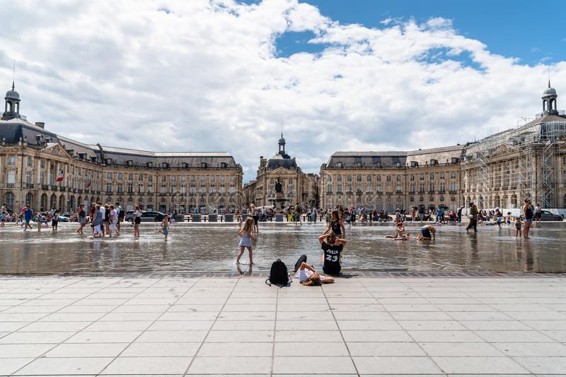 Люди наслаждаясь на зеркале воды в Бордо стоковое фото