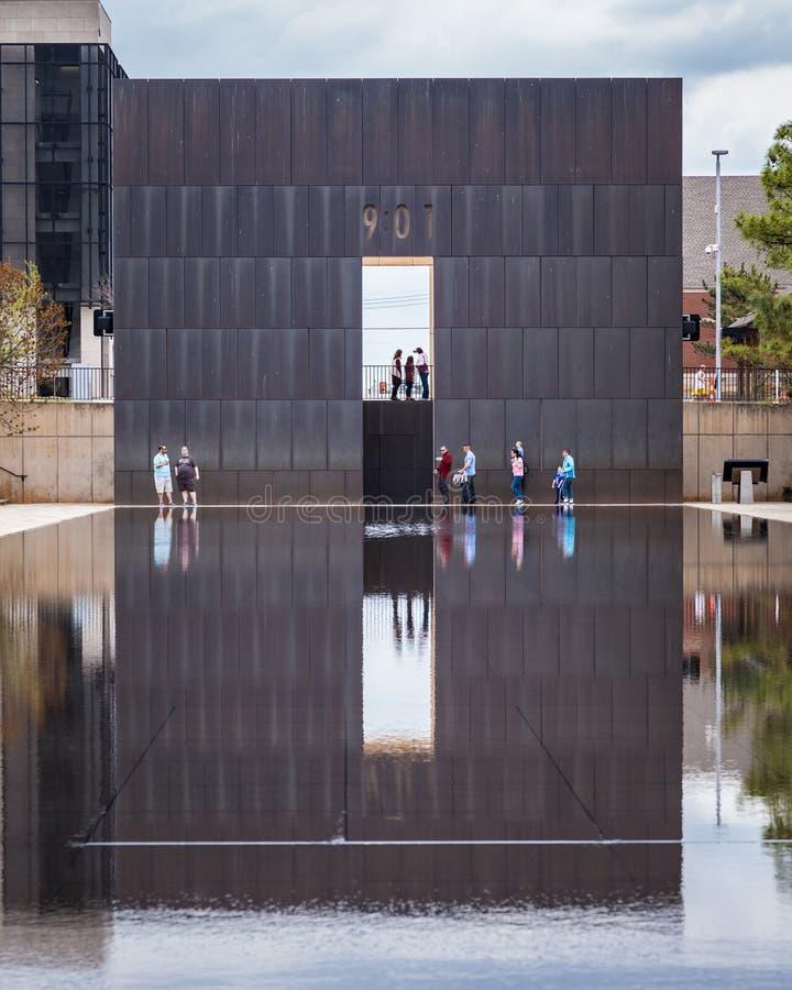 Люди наслаждаясь посещением к мемориалу OKC взрывая стоковое фото rf