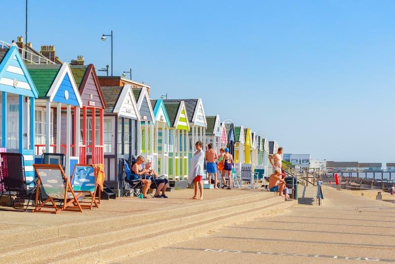Люди наслаждаясь солнечностью на прогулке пляжа Southwold стоковое фото
