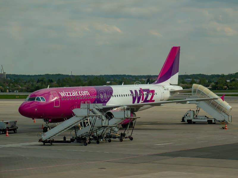 Люди начиная самолет Wizzair на стоковые фотографии rf