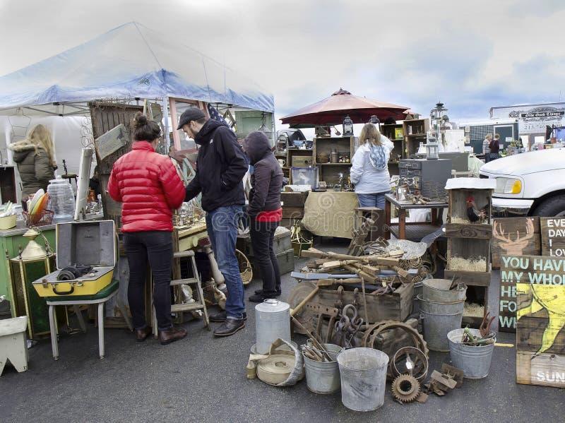 Люди на блошином рынке Alameda, Калифорния стоковые изображения rf