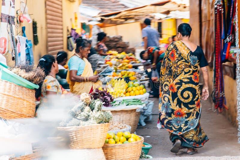 Люди на дороге, Goa стоковые изображения