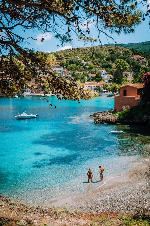 Люди на летнем отпуске на красивом идилличном пляже в острове Kefalonia Греции - Европы стоковые изображения