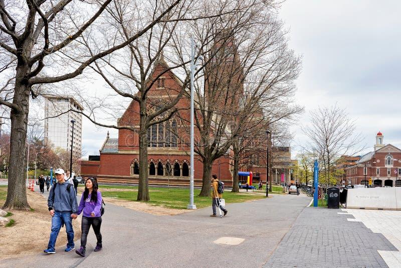 Люди на мемориальном Hall в Гарвардском университете в МАМАХ Кембриджа стоковая фотография rf