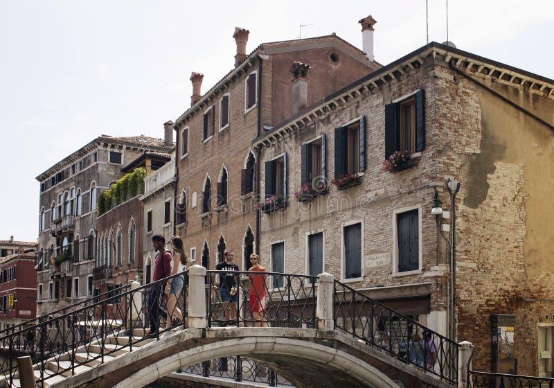 Люди на мосте с старыми, типичными, историческими зданиями стоковое изображение rf