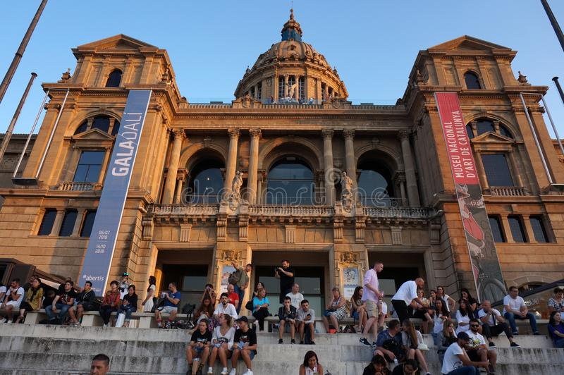 Люди на национальном музее изобразительных искусств Catalunya стоковое изображение rf