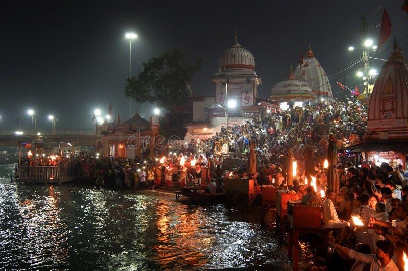 Люди на обваловке реки Ganga, Har Ki Pauri Har Ki Pauri известное ghat на банках Ганга в Haridwar стоковые фотографии rf
