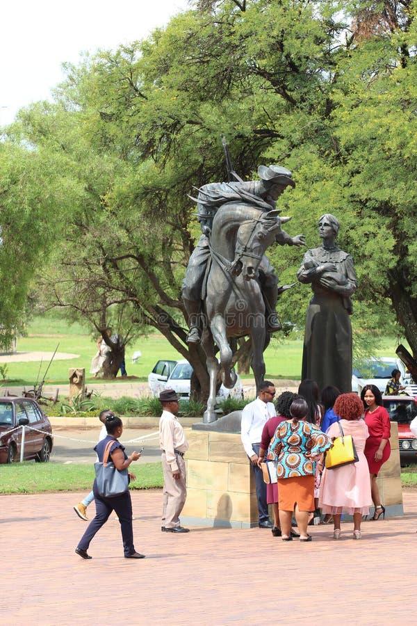 Люди на одной из статуй на памятнике или Vrouemonument женщин стоковые фотографии rf