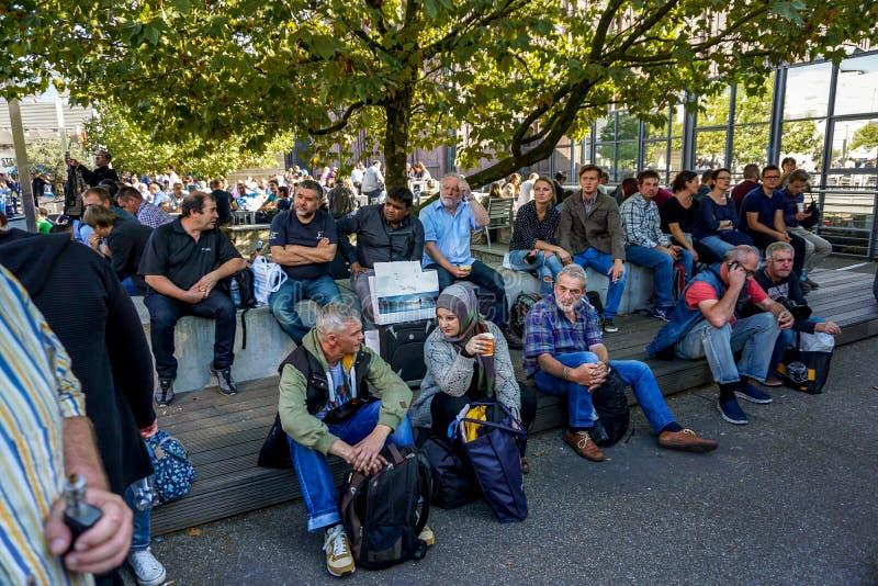 Люди на открытом воздухе в выставке Photokina стоковые изображения rf