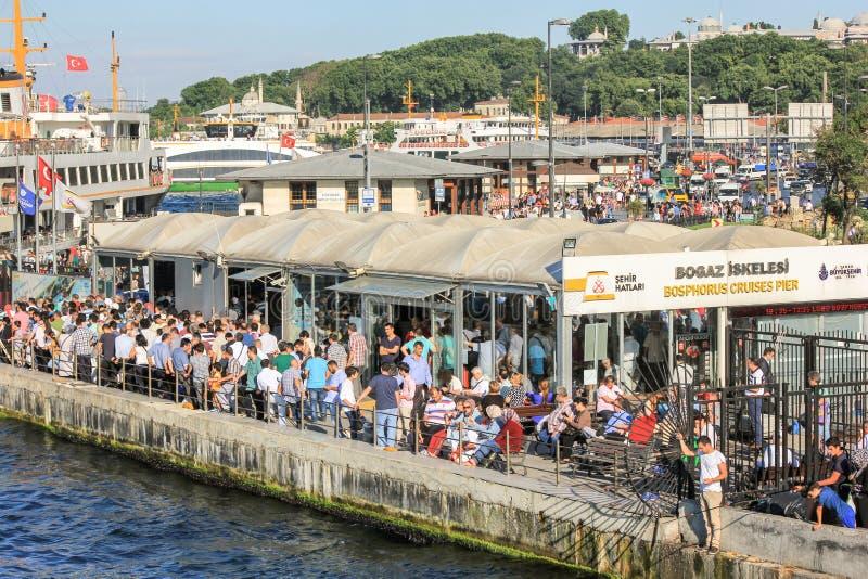 Люди на паромном порте Eminonu Морской транспорт и линии города паром стоковые фотографии rf