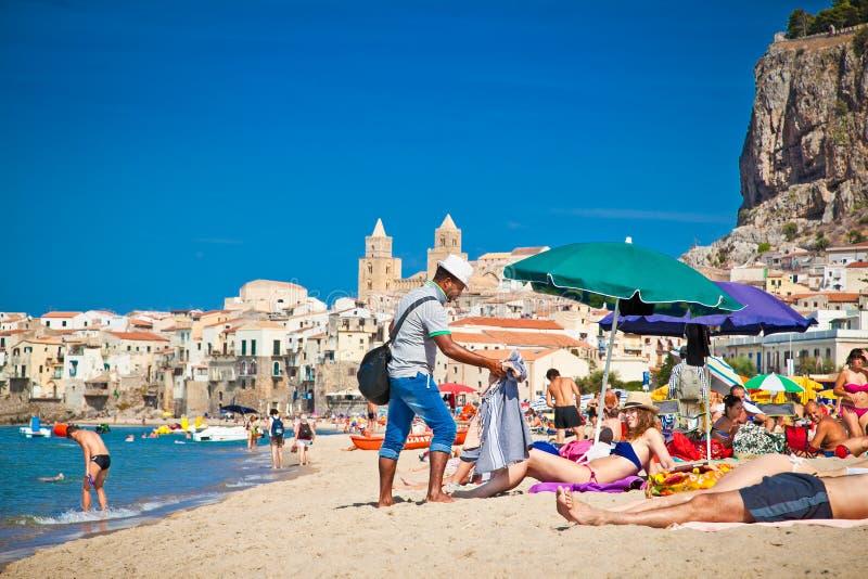 Люди на песчаном пляже в Cefalu, Сицилии стоковая фотография rf