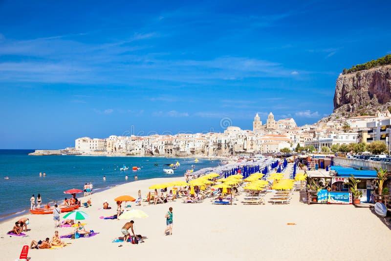 Люди на песчаном пляже в Cefalu, Сицилии стоковые фотографии rf