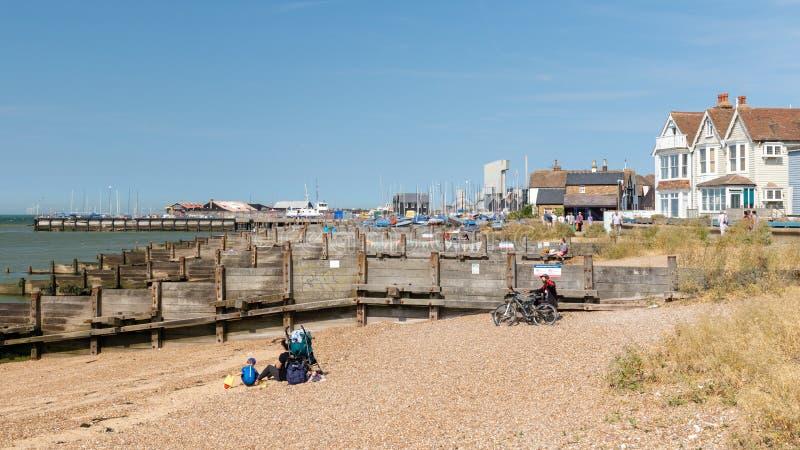 Люди на пляже и идти вдоль прогулки взморья в Whits стоковые изображения