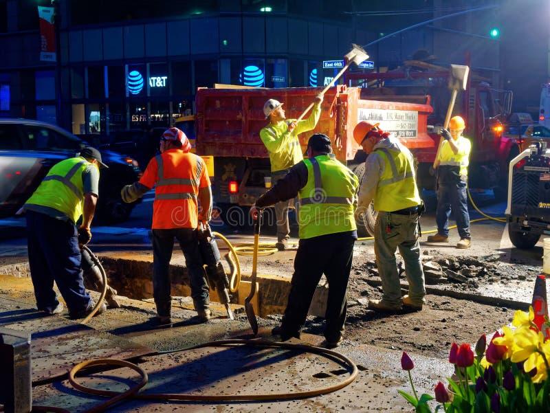 Люди на работе на ноче в Манхаттане Нью-Йорке стоковое изображение