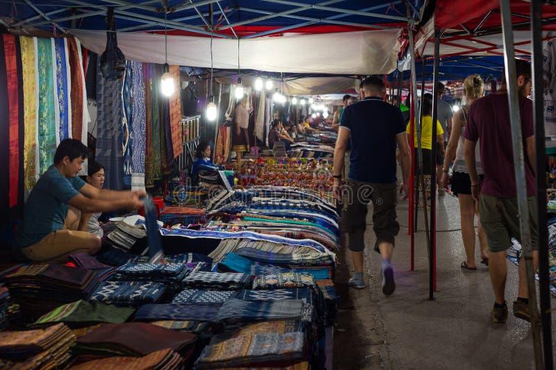 Люди на рынке ночи в Luang Prabang стоковая фотография rf