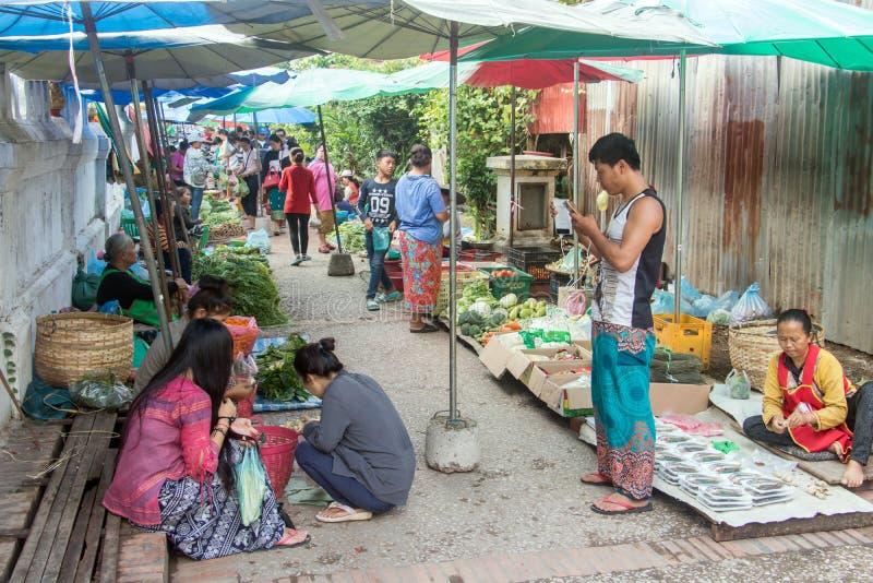 Люди на рынке утра в Luang Prabang стоковые фотографии rf
