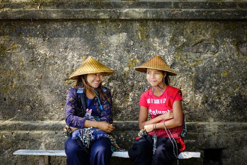 Люди на сельской дороге в Мандалае, Мьянме стоковые фото