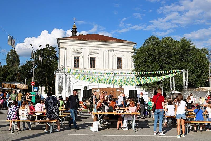 Люди на справедливом СДЕЛАННОМ В УКРАИНЕ на зоне еды, фестивале уличного рынка в выходные дни, производят ярмарки в Киеве, Украин стоковые фотографии rf