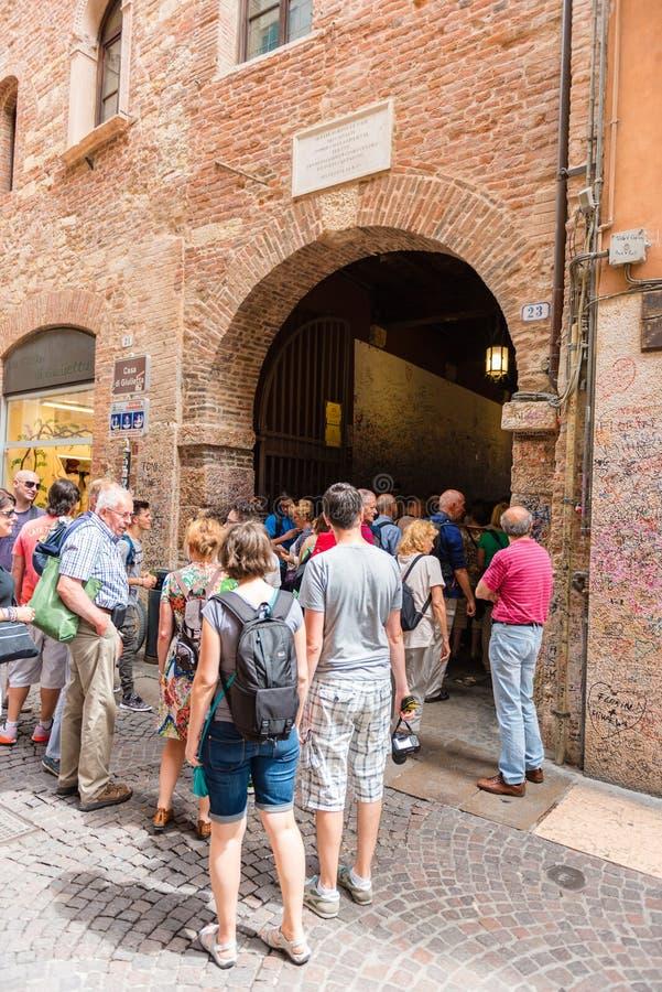 Люди на старой улице Вероне, Италии стоковое изображение rf