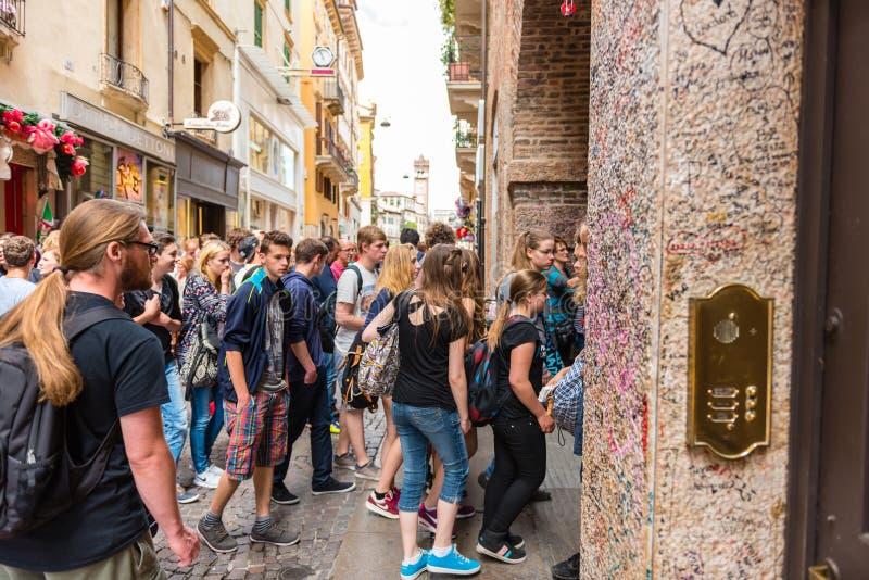 Люди на старой улице Вероне, Италии стоковые фотографии rf