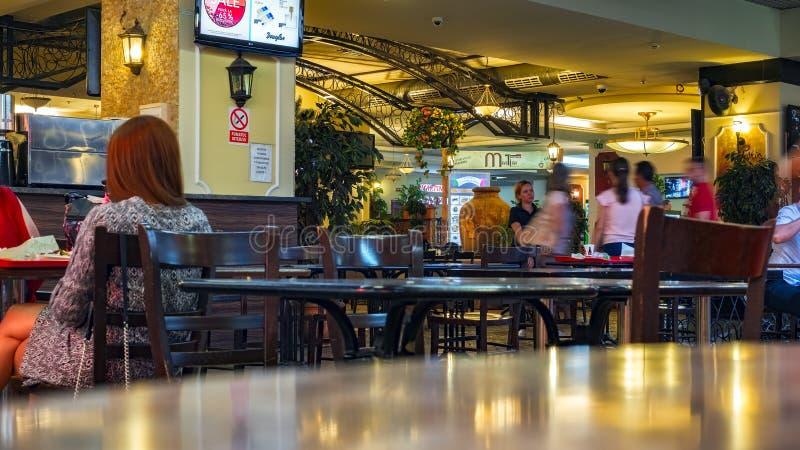 Люди на таблицах и люди на движении в ресторане стоковая фотография rf